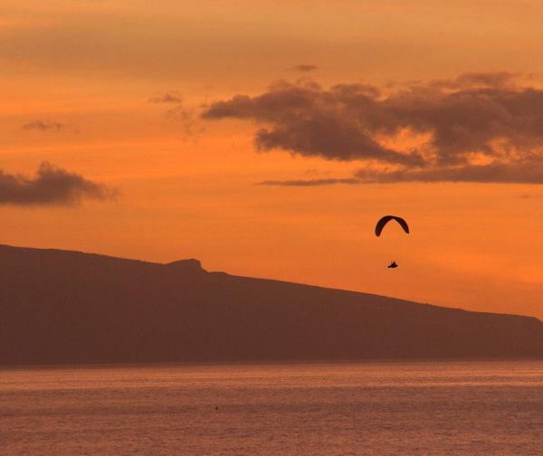 Paragliden tijdens zonsondergang